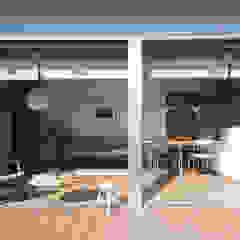 por アークス建築デザイン事務所 Escandinavo Madeira Acabamento em madeira