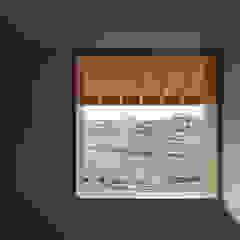 من 中山建築設計事務所 إسكندينافي خشب متين Multicolored
