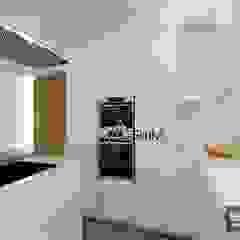 Modern kitchen by Atrium Projetos e Construção Modern