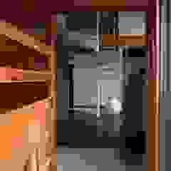 Asian style corridor, hallway & stairs by 株式会社高野設計工房 Asian