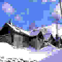 水上高原のヴィラ の TAPO 富岡建築計画事務所 クラシック 木 木目調