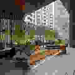Azjatycki balkon, taras i weranda od 新綠境實業有限公司 Azjatycki Kompozyt drewna i tworzywa sztucznego