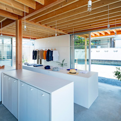 por すずき/suzuki architects (一級建築士事務所すずき) Escandinavo Madeira Efeito de madeira