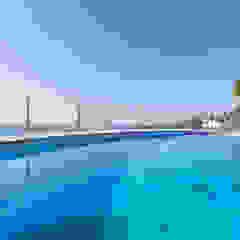 Minimalistische zwembaden van Home & Haus | Home Staging & Fotografía Minimalistisch