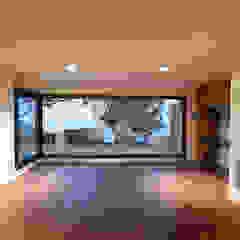 Sala con vista al jardìn Salas de estilo minimalista de Minimalista Mèxico Minimalista Derivados de madera Transparente