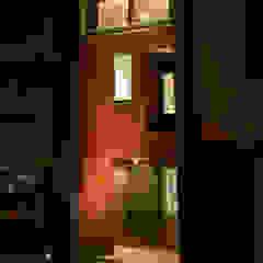 por ティー・ケー・ワークショップ一級建築士事務所 Asiático Madeira Acabamento em madeira