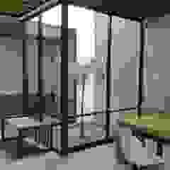 por Apaloosa Estudio de Arquitectura y Diseño Minimalista Compósito de madeira e plástico