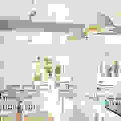 Illuminazione cucina Bar & Club in stile scandinavo di ENGI Lighting Scandinavo Metallo