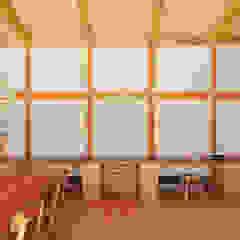 من 稲山貴則 建築設計事務所 أسيوي خشب متين Multicolored