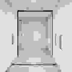비오는 날이 잘 어울리는 차분한 그레이 인테리어 모던스타일 복도, 현관 & 계단 by 디자인 아버 모던