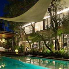 Tropical style pool by Bobos Design Tropical