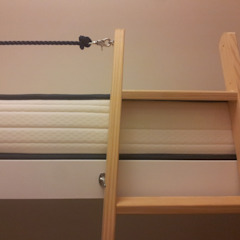 Detalle de la escalera de las literas. Pilar Pardal March Dormitorios pequeños Madera Blanco