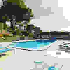Hồ bơi phong cách Địa Trung Hải bởi Pedro Brás - Fotógrafo de Interiores e Arquitectura | Hotelaria | Alojamento Local | Imobiliárias Địa Trung Hải
