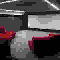 THE FRENCH CONNECTION por Projection Dreams / CUSTOM CINEMA 360 LDA Moderno MDF