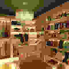 Minimalist dressing room by Lavrenti Smart Interior Minimalist
