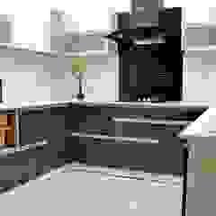 por Easyhomz Interiors Pvt Ltd Clássico Derivados de madeira Transparente