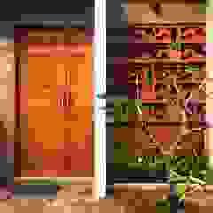 Cattleya Art Studio & Residence Dinding & Lantai Tropis Oleh Mandalananta Studio Tropis Batu Bata