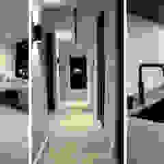 Amsterdams appartement op de Zuidas Moderne gangen, hallen & trappenhuizen van NV INTERIORS Modern