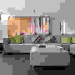 張宅 Chang Residence 现代客厅設計點子、靈感 & 圖片 根據 何侯設計 Ho + Hou Studio Architects 現代風