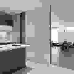 張宅 Chang Residence 現代廚房設計點子、靈感&圖片 根據 何侯設計 Ho + Hou Studio Architects 現代風