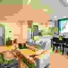 馬蹄形アーチとランプで彩られた魅惑的なモロッカンブルーの住まい 地中海デザインの リビング の QUALIA 地中海
