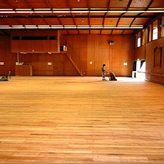SCHOOL GYM AND HALL WOOD FLOORS SANDING, POLISHING AND RESTORATION Escolas clássicas por Floor Sanding & Polishing London Ltd Clássico
