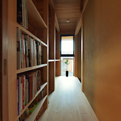 Corredores, halls e escadas asiáticos por 水野設計室 Asiático