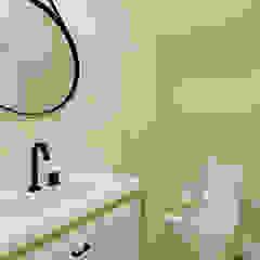 Baños de estilo clásico de Aline Mozzer Arquitetura Clásico Tablero DM