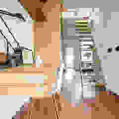 Minimalist corridor, hallway & stairs by Deirdre Renniers Interior Design Minimalist