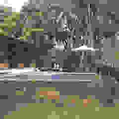 Tropical style pool by Quatro Fatorial Arquitetura e Urbanismo Tropical