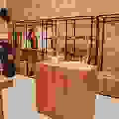 Aline Dinis Arquitetura de Interiores Modern offices & stores Wood Black