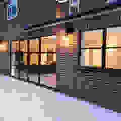 Elgood Avenue de IQ Glass UK Moderno Aluminio/Cinc