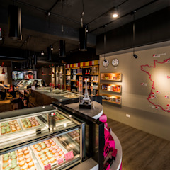繽紛色彩穿插其中的泡芙專賣店,彷彿身處法式烘焙商店的氛圍,來一趟其妙的午后約會... 根據 富亞室內裝修設計工程有限公司 現代風 水泥