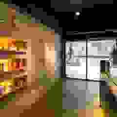 繽紛色彩穿插其中的泡芙專賣店,彷彿身處法式烘焙商店的氛圍,來一趟其妙的午后約會... 根據 富亞室內裝修設計工程有限公司 現代風 複合木地板 Transparent