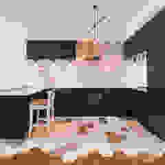 Projekt w stylu skanynawskim z industrialnym połączeniem od Karolina Czech Pracownia Architektury i Wnętrz Skandynawski Drewno O efekcie drewna