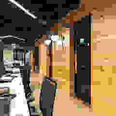 OFICINAS SM DIGITAL Paredes y pisos de estilo moderno de Mocca Mobiliario Moderno Madera maciza Multicolor
