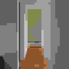 สไตล์ผสมผสาน ทางเดินห้องโถงและบันได โดย 安江怜史建築設計事務所 ผสมผสาน