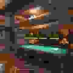 Rustykalny pokój multimedialny od Patanin Luxury Design Rustykalny