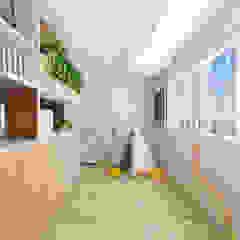 Skandynawski korytarz, przedpokój i schody od Swish Design Works Skandynawski