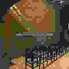 Paredes y pisos de estilo mediterráneo de Kültür Tuğlası Mediterráneo Madera Acabado en madera