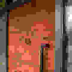 Oxidised metal entrance door por Camel Glass Moderno Ferro/Aço