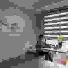 Ruang Studi/Kantor Modern Oleh 鼎士達室內裝修企劃 Modern Parket Multicolored