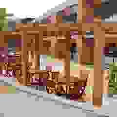 Pérgola y Deck en WPC Balcones y terrazas de estilo tropical de Madera Plástica Colombia Ecológica SAS Tropical