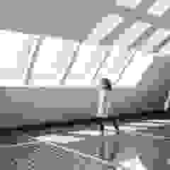 by 建築設計事務所 可児公一植美雪/KANIUE ARCHITECTS Minimalist Glass