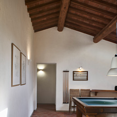 Rustykalny pokój multimedialny od Matteo Castelli fotografia Rustykalny