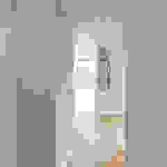Opening up and extending to maximise light and space Гостиная в стиле модерн от Designcubed Модерн
