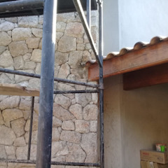 Revestimento de lareira com Tozeto de Moledo Paredes e pisos clássicos por Atrium Vale Pedras e Projetos Clássico Pedra