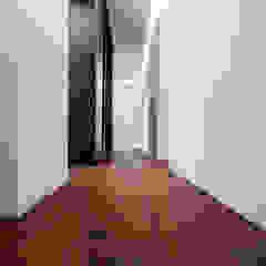 Wnętrze domu w stylu nowoczesnym Nowoczesna garderoba od Roble Nowoczesny Drewno O efekcie drewna