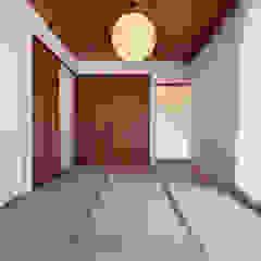 por 一級建築士事務所 ima建築設計室 Eclético Madeira Acabamento em madeira