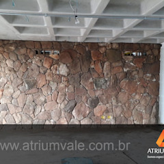 Paredes y pisos de estilo mediterráneo de Atrium Vale Pedras e Projetos Mediterráneo Piedra